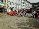 Развълнувани първокласници и техните родители пристъват към училищния праг_1